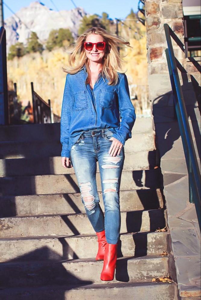 کفش قرمز با جین آبی
